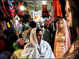 زن افغان در یک بازار