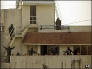 سربازان بر سقف مرکز یهودیان