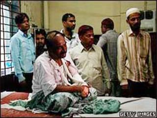 مرد مجروح در بیمارستانی در بمبئی