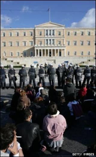 تظاهرکنندگان در مقابل ساختمان پارلمان یونان