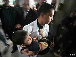 حمله کودک فلسطینی به بیمارستان شفا در شهر غزه