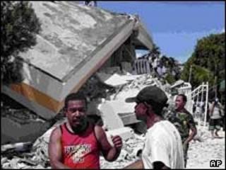 اهالی مانکواری تخریب یک هتل را وارسی می کنند