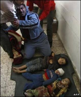 پدری در غزه برای مرگ کودکانش در حمله اسرائیلی سوگواری می کند