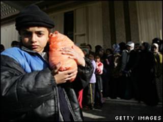 کودک فلسطینی در برابر صف نان در غزه