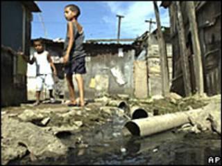 Crianças em favela no Rio de Janeiro