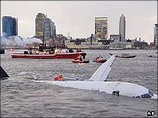 سقوط هواپیما در رودخانه هودسن