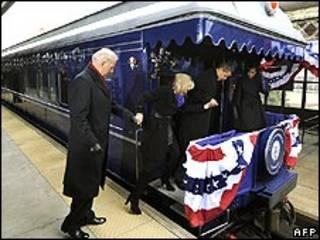 اوباما و بایدن سوار قطار می شوند