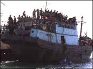 کشتی پناهجویان در آب های استرالیا