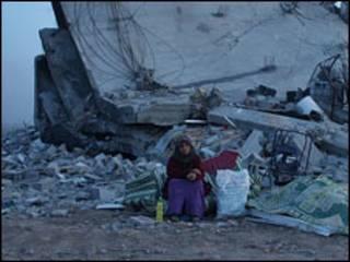 زنی در میان ویرانه های غزه