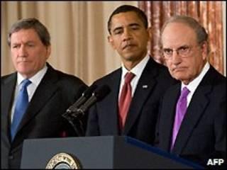 اوباما در میان میچل (راست) و هولبروک