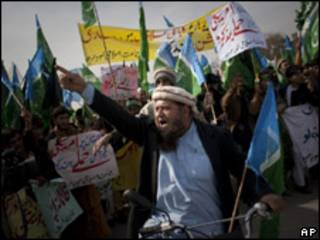 Paquistaneses protestam contra ataques em Islamabad (AP)