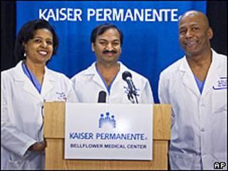 Os médicos Karen Maples (esq), Harold Henry e Mandhir Gupta