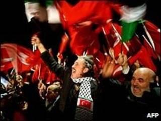 Multidão recebeu Recep Tayyip Erdogan no aeroporto de Istambul
