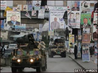 Veículos militares iraquianos patrulham as ruas de Basra nesta sexta-feira (Getty Images)