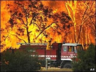 Carro de bombeiros combate incêndio