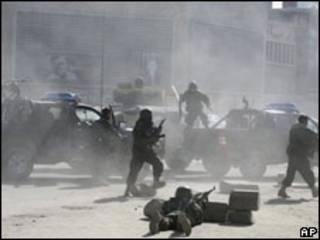 درگیری ماموران امنیتی با افراد مسلح در بیرون وزارت عدلیه