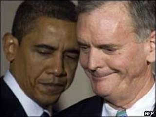 Obama e Gregg na cerimônia de indicação do senador (AFP)