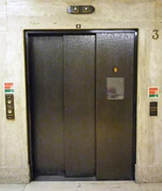 تصویر در ورودی یک آسانسور