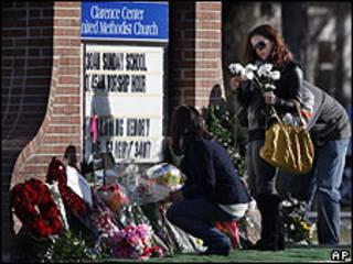 Mulher homenageia vítimas do acidente