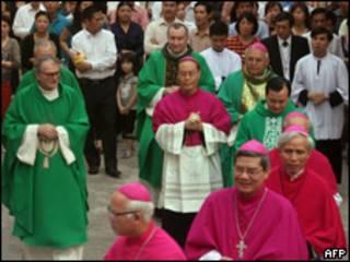 Đức ông Pietro Parolin và TGM Hà Nội Ngô Quang Kiệt trong một buổi lễ