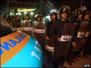 Polícia egípcia perto do local da explosão