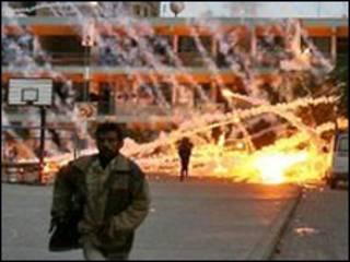 Một cư dân Palestine chạy lánh đạn