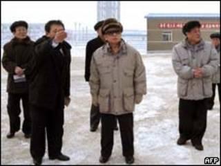 Foto sem data divulgada no dia 22 de fevereiro mostra o líder norte-coreano Kim Jong-Il ( KNS/AFP/Getty Images)