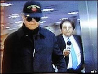 Imagem de canal argentino mostra Richard Williamson no aeroporto