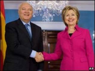 O ministro das Relações Exteriores da Espanha, Miguel Ángel Moratinos, e a secretária de Estado americana, Hillary Clinton (AP)