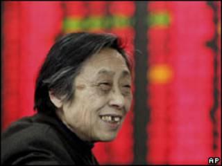 Investidor otimista observa o mercado na China (arquivo)