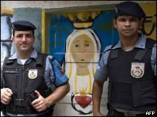Policiais militares em morro no Rio de Janeiro (AFP, 3/2)