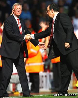 Ông Ferguson (trái) bắt tay ông Benitez