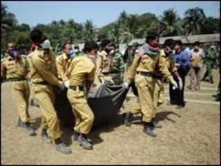 Soldados bengaleses encontraram corpos em valas comuns