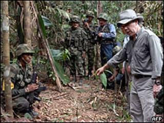 Ministro da Defesa Juan Manuel Santos mostra as cavernas