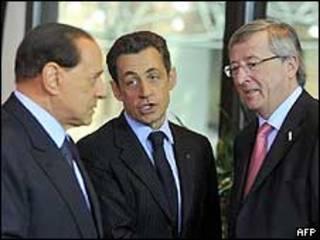 O primeiro-ministro da Itália, Silvio Berlusconi, o presidente francês, Nicolas Sarkozy, e o premiê de luxemburgo, Jean Claude Junker neste domingo