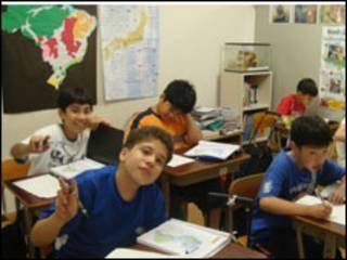 crianças em sala de aula no Japão