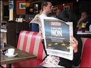 Đọc báo tại quán cà phê