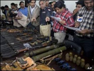 نمایش مهمات و اسلحه به دست آمده از محل عملیات