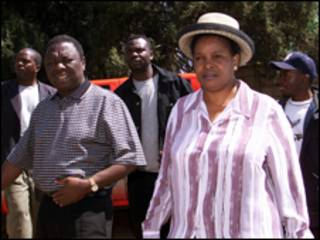 Vợ chồng ông Tsvangirai đi bỏ phiếu trong lần tái bầu tổng thống 30.08.2003