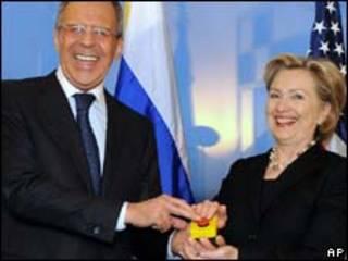 Sergei Lavrov e Hillary Clinton durante reunião em Genebra (AP, 6/2)