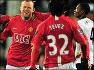 Tiền đạo Rooney chia vui với đồng đội