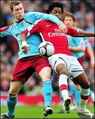 Kevin McDonald của Burnley tranh bóng với Alex Song của Arsenal