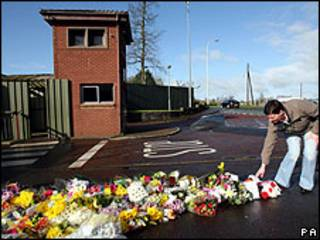 Homem deixa flores em frente a quartel