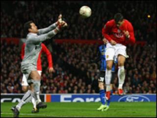 Ronaldo đánh đầu ghi bàn thắng thứ hai cho MU