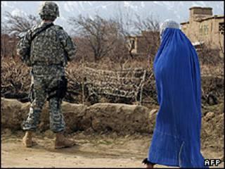 زن افغان و سرباز ناتو