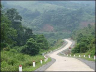 Một con đường đèo cheo leo tại miền Trung Việt Nam. Ảnh tư liệu lấy từ www.phuot.com