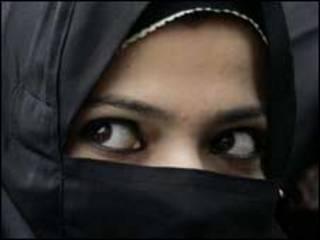 تصویر یک زن با حجاب چادر و مقنعه