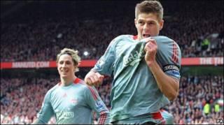 Gerrard và Torres ăn mừng bàn thắng 2-1 trước MU