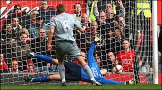 Gerrard trong bàn thắng hạ Van der Sar của MU