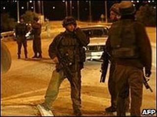 Policiais israelenses em um bloqueio de estrada na Cisjordânia